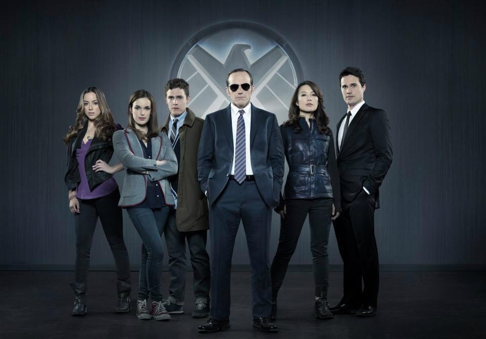 Skye (Chloe Bennet), Agent Simmons (Elizabeth Henstridge), Agent Fitz (Iain De Caestecker), Agent Coulson (Clark Gregg), Agent May (Min-Na Wen) et Agent Ward (Brett Dalton).